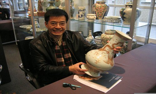 Cheng Yong appreciates a Chinese antique at the Nagel Auction House in Stuttgart, Germany.Photo: Courtesy of Cheng Yong