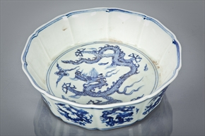 Lot: 186  |  Estimate: £400 - £500 CHINESE BLUE AND WHITE CIRCULAR DISH the interior and exterior decorated with dragons, and with scalloped rim, 21cm diameter. Real Value £10