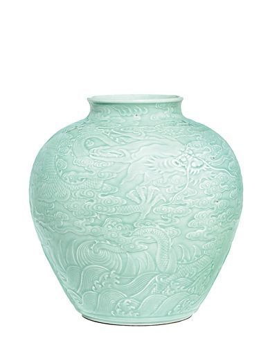 The pot from the reign of Emperor Qianlong in the Qing Dynasty was auctioned at a Sotheby's autumn sale in Hong Kong.