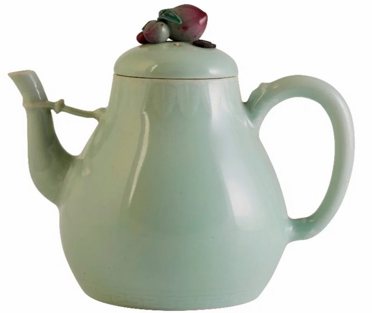 Chipped Qianlong Tea Pot Sells For 1 Million Sterling